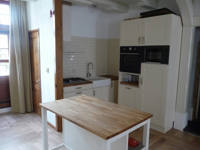Voorbeeld van een totaalinrichting de keuken vloer en gordijnen