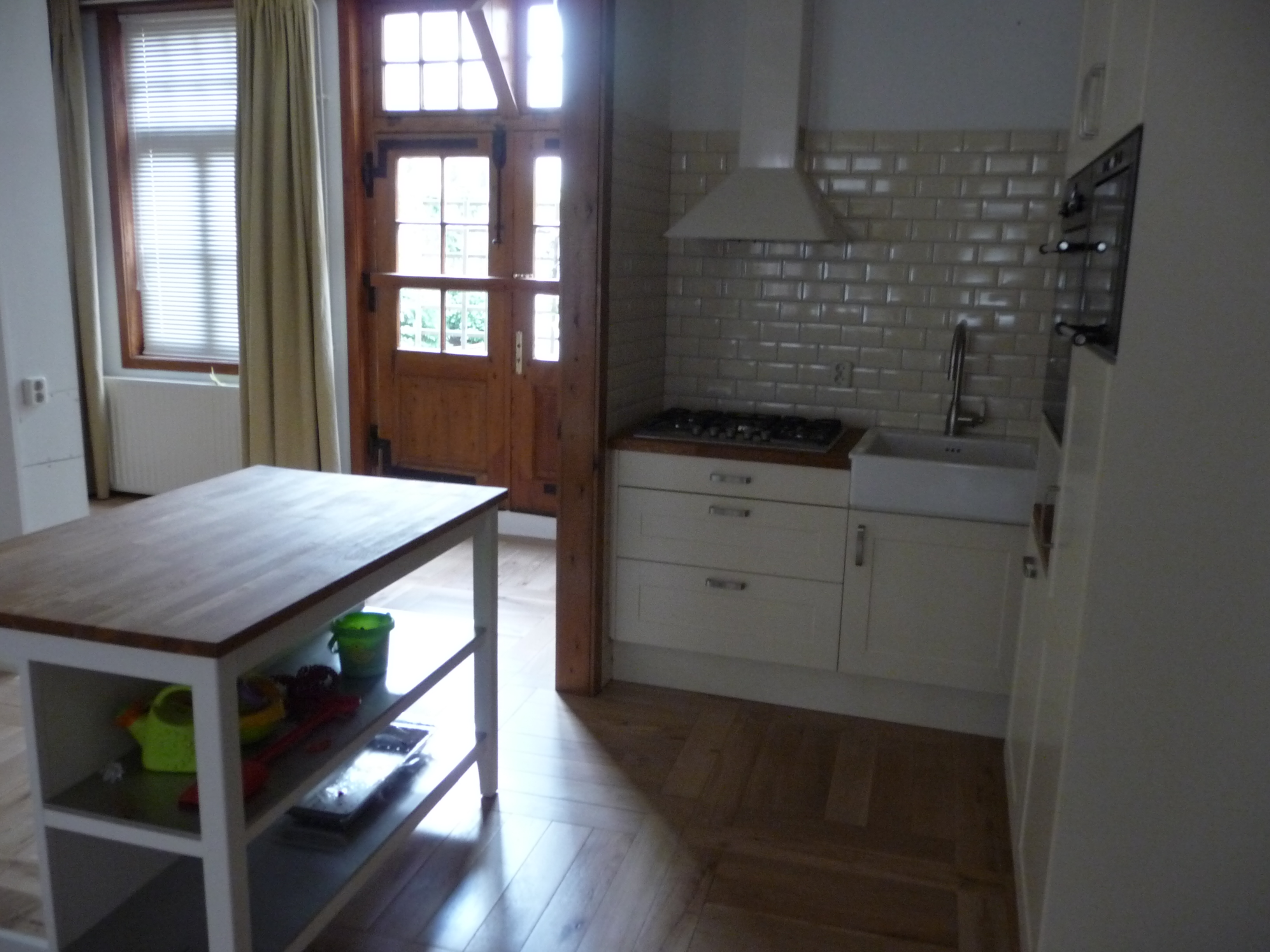 vloer met eiken restanten in patroon gelegd plaatsen keuken voorzien van tegelwerk op maat gemaakte gordijnen