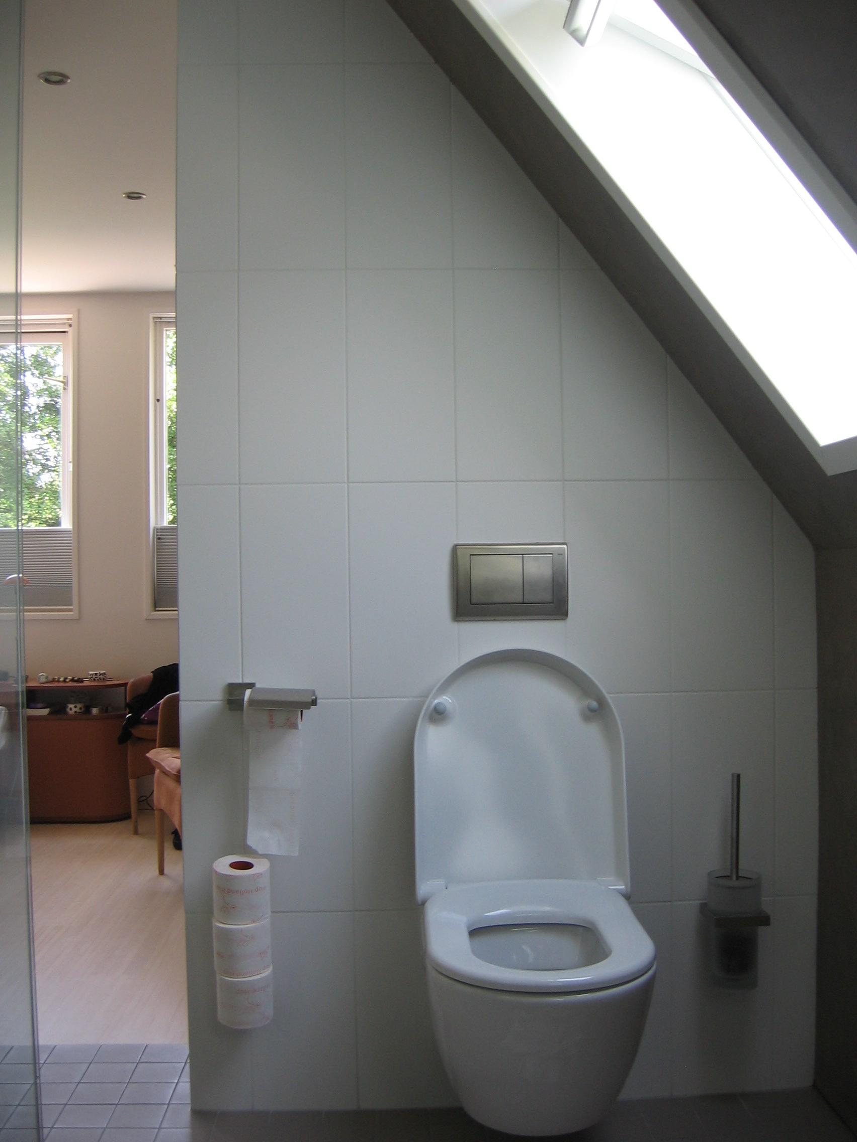 schuine wand met doorlopend stucwerk van de slaapkamer naar de badkamer