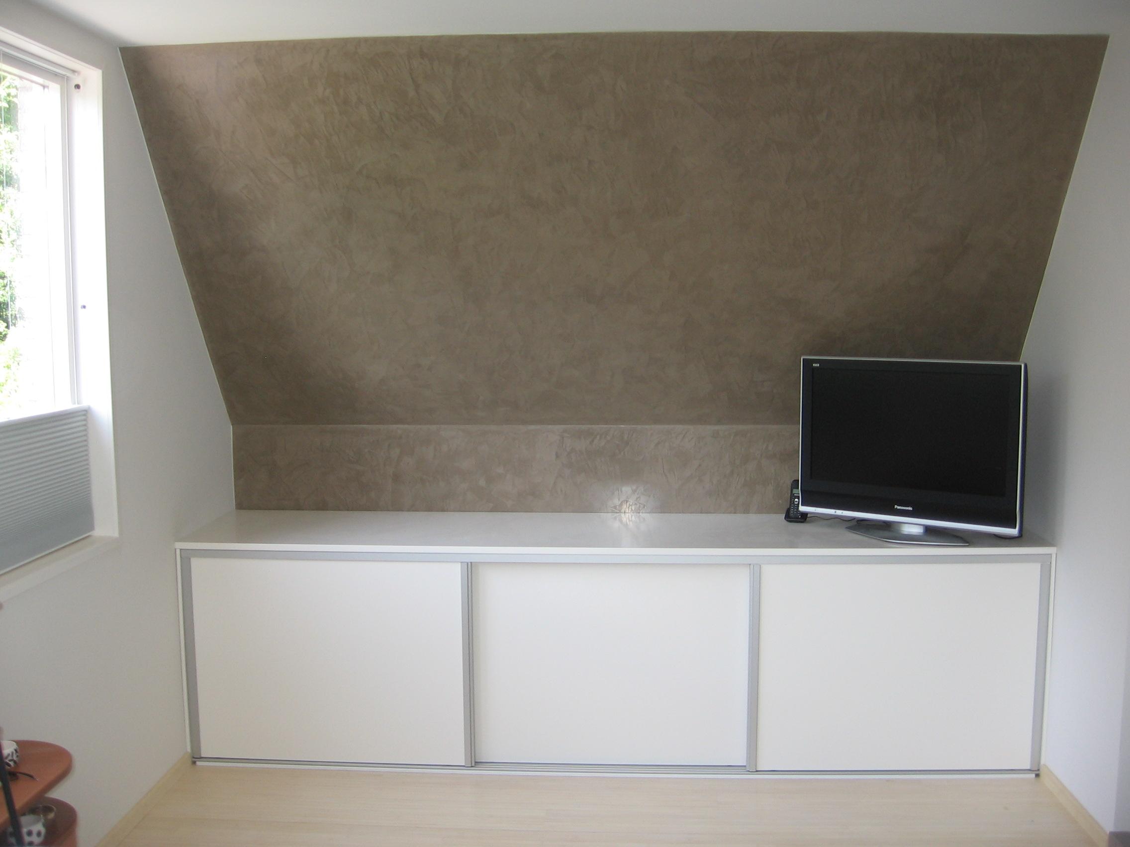 Schuine kast maken op zolder 5 tips voor het inrichten van een woonkamer met schuin dak for Slaapkamer op de zolderfotos